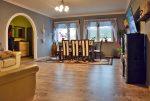widok z innej perspektywy na salon w luksusowej willi do sprzedaży w okolicy Legnicy