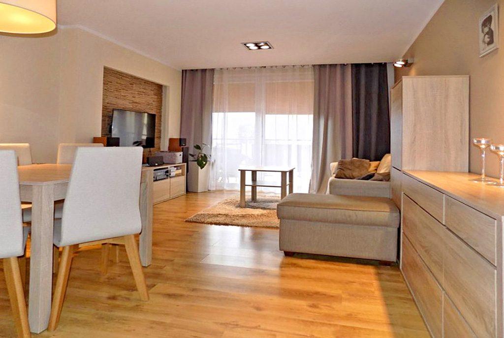 stylowo wykończony salon w ekskluzywnym apartamencie do sprzedaży na Mazurach