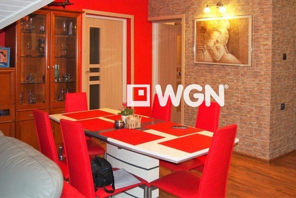 dominująca czerwień salonu w ekskluzywnym apartamencie do sprzedaży w Bielsku-Białej