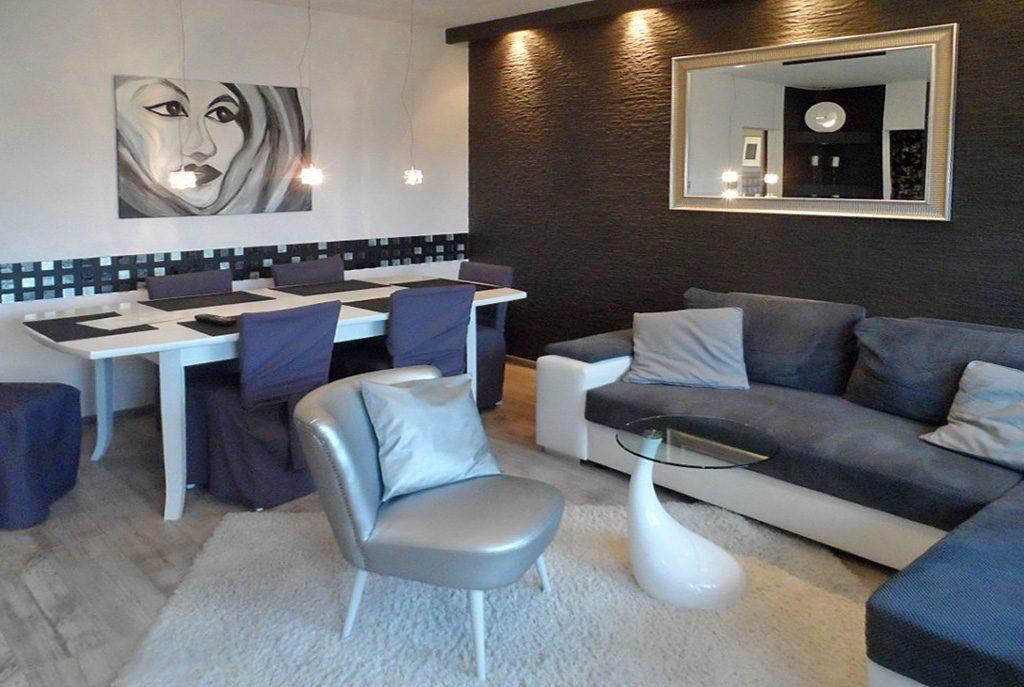 widok z innej perspektywy na luksusowy salon w ekskluzywnym apartamencie do sprzedaży w Piotrkowie Trybunalskim