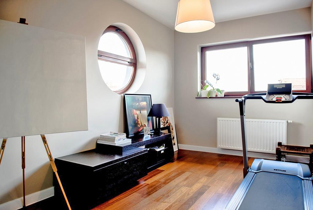 na zdjęciu gabinet/pracownia w luksusowym apartamencie we Wrocławiu na sprzedaż