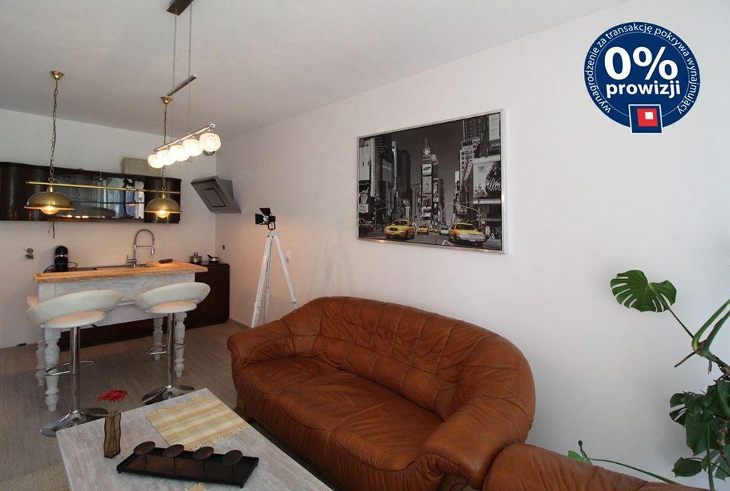 widok z innej perspektywy na komfortowy salon w ekskluzywnym apartamencie do sprzedaży w Krakowie