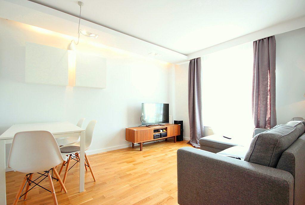 widok z innej perspektywy na luksusowy salon w ekskluzywnym apartamencie do sprzedaży w Szczecinie