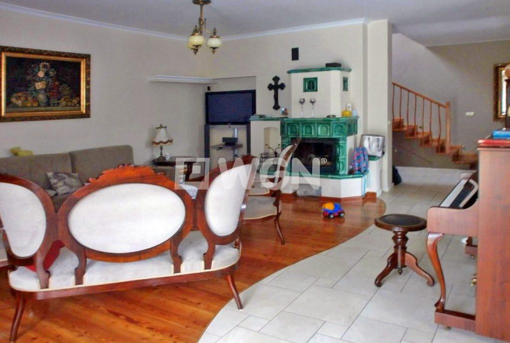 komfortowe wnętrze salonu z kominkiem w ekskluzywnej willi do sprzedaży w Częstochowie