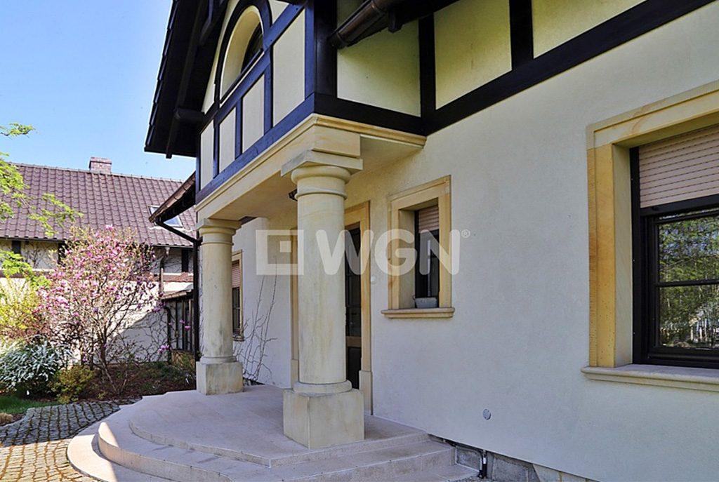 reprezentacyjne wejście do ekskluzywnej willi do sprzedaży w okolicach Bolesławca