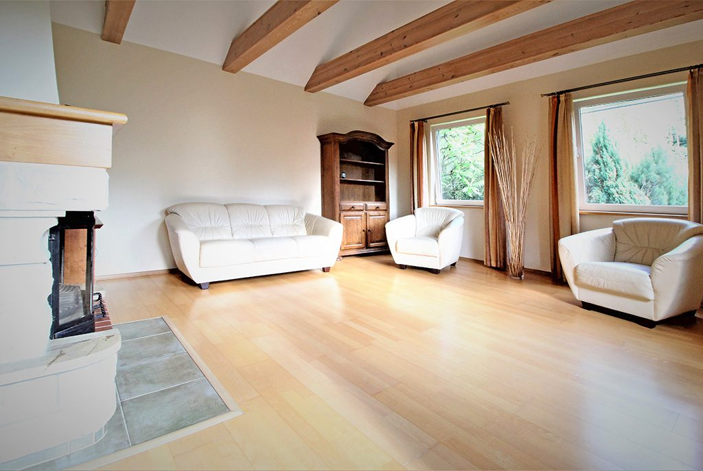 komfortowy salon w ekskluzywnej willi do sprzedaży w okolicach Krakowa