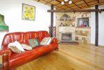 fragment salonu z kominkiem w ekskluzywnej willi do sprzedaży w okolicach Legnicy