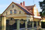 widok od strony ulicy na ekskluzywną willę do sprzedaży w okolicach Leszna