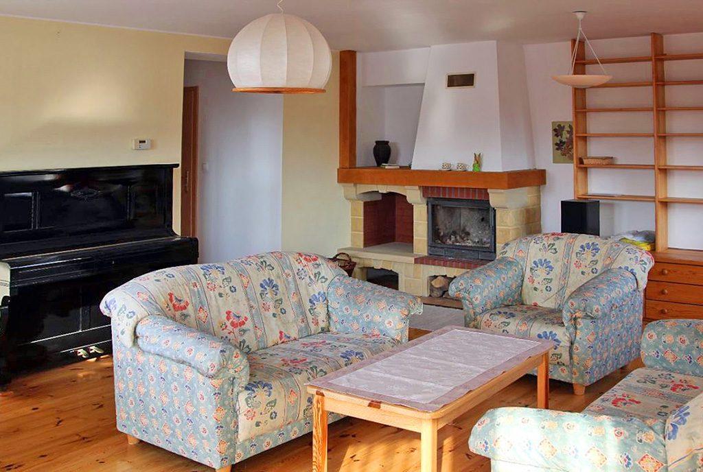 prestiżowy salon z kominkiem w ekskluzywnym apartamencie do sprzedaży w Szczecinie