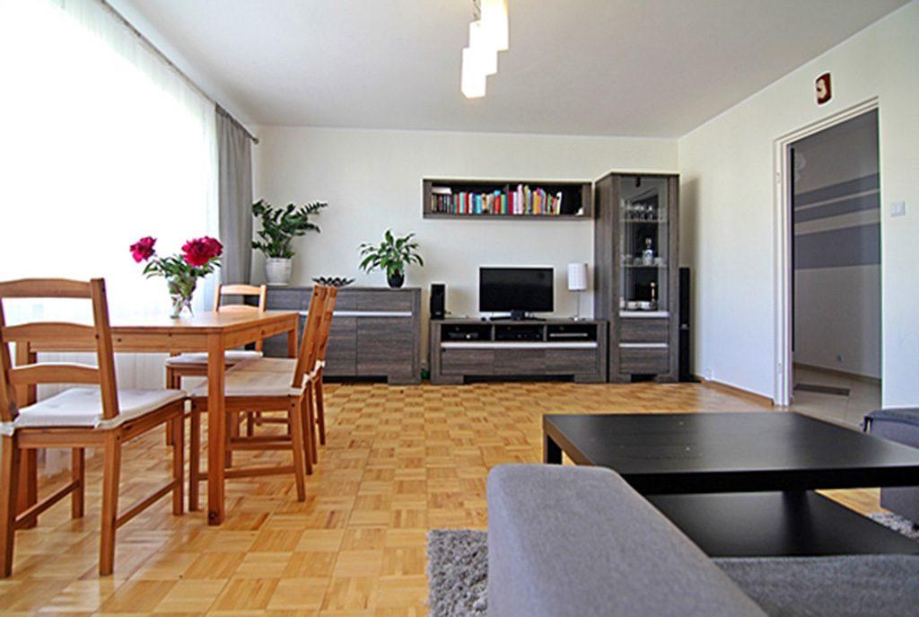 przestronny salon w ekskluzywnym apartamencie do sprzedaży w Wieluniu