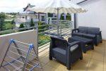 widok na komfortowy taras przy luksusowym apartamencie do sprzedaży w okolicach Torunia