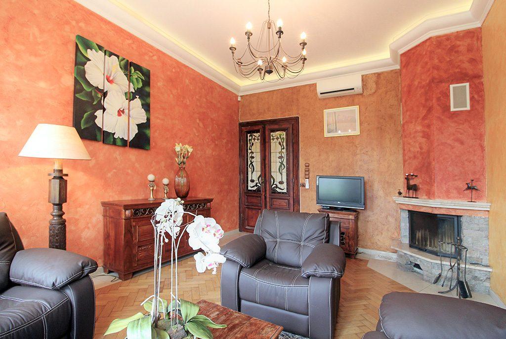 salon urządzony w stylu klasycznym z kominkiem w ekskluzywnym apartamencie do wynajęcia w Krakowie
