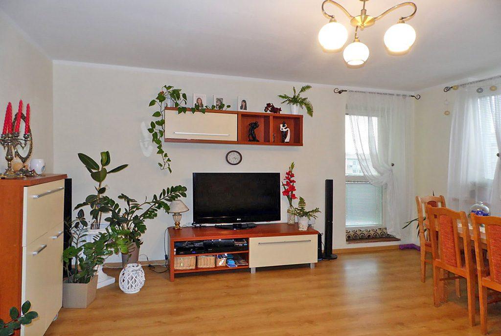 komfortowy salon w ekskluzywnym apartamencie do sprzedaży w Malborku