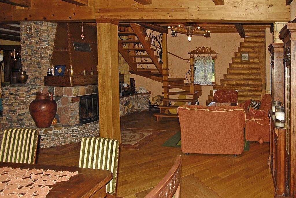 widok na salon z kominkiem w ekskluzywnej willi do sprzedaży na Mazurach