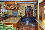 stylowo umeblowana kuchnia w luksusowej willi na Mazurach na sprzedaż