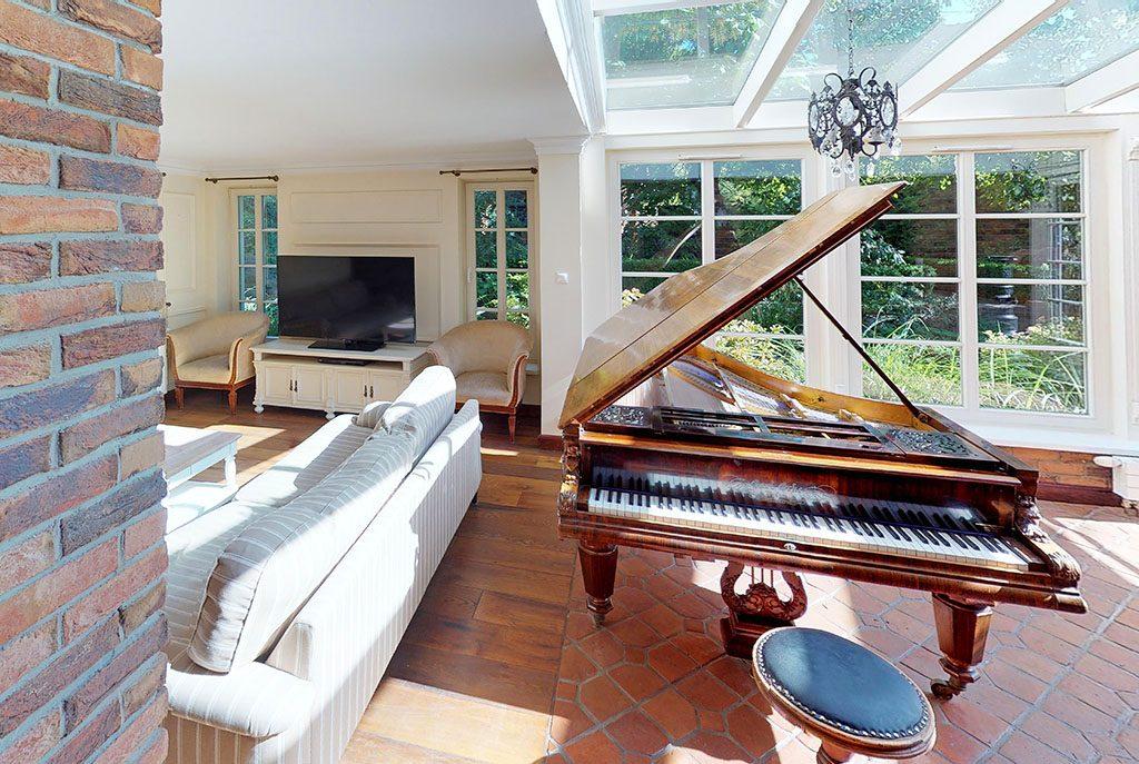 wytworny salon z fortepianem w ekskluzywnej willi do sprzedaży w Szczecinie