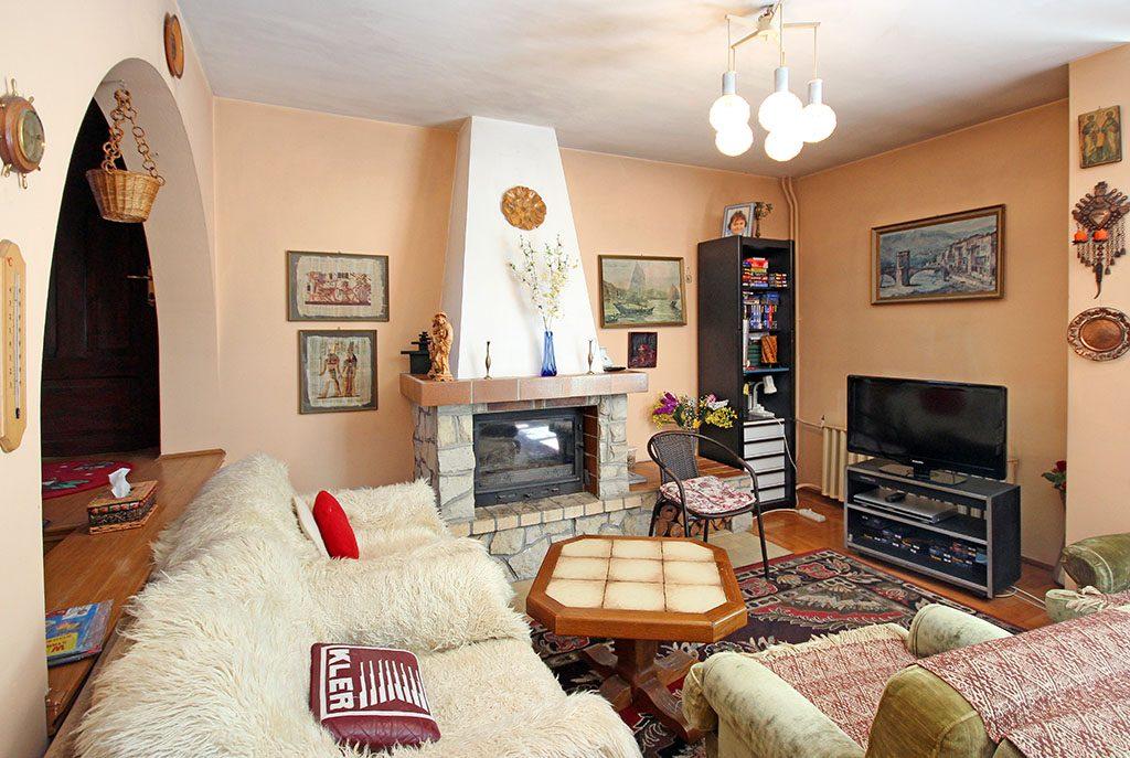 komfortowy salon z kominkiem w ekskluzywnej willi do sprzedaży w Szczecinie