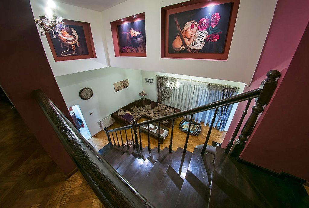 widok z górnego poziomu na komfortowy salon w ekskluzywnej willi do sprzedaży w okolicach Legnicy
