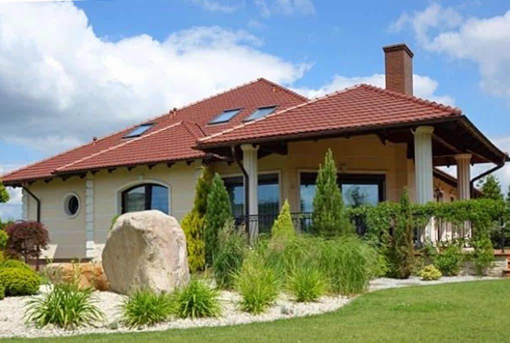 widok od strony ogrodu na ekskluzywną willę do sprzedaży w okolicach Torunia
