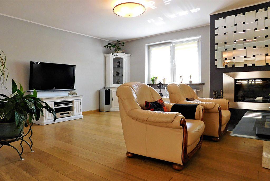 wytworny, stylowy salon w ekskluzywnej willi do sprzedaży w okolicach Wrocławia