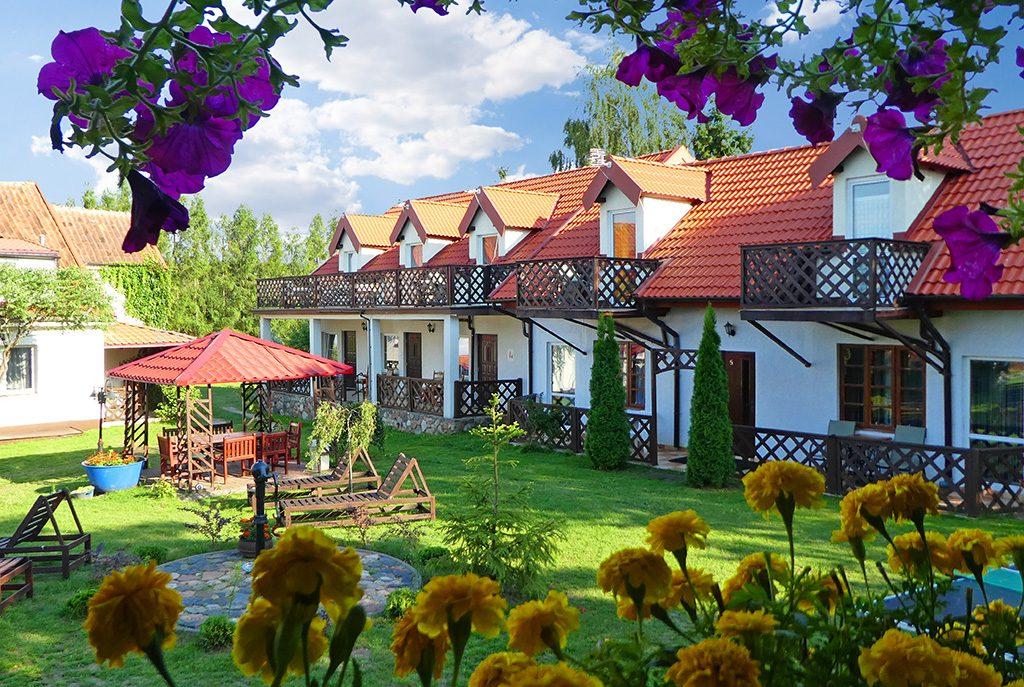 widok od strony ogrodu na ekskluzywną willę do sprzedaży na Mazurach