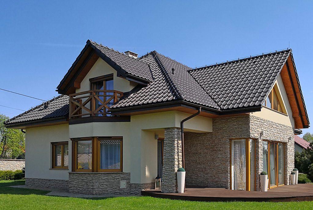 widok od strony ogrodu na ekskluzywną willę do sprzedaży w okolicach Krakowa