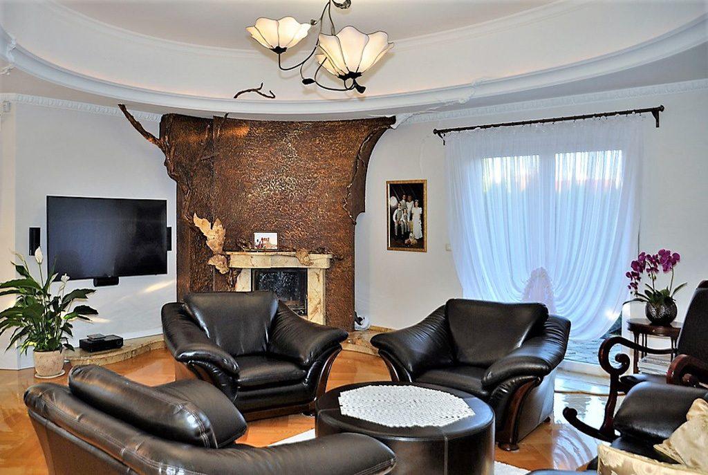 stylowy salon z kominkiem w ekskluzywnej willi do sprzedaży w okolicach Wrocławia