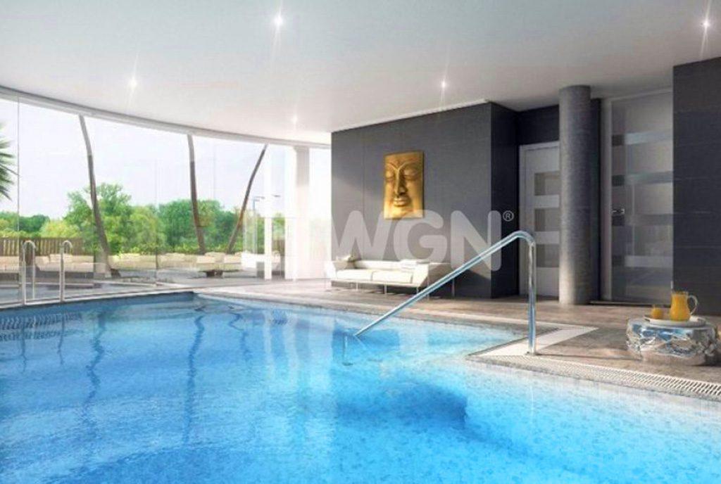 imponujących rozmiarów basen przy ekskluzywnym apartamencie do sprzedaży w Hiszpanii