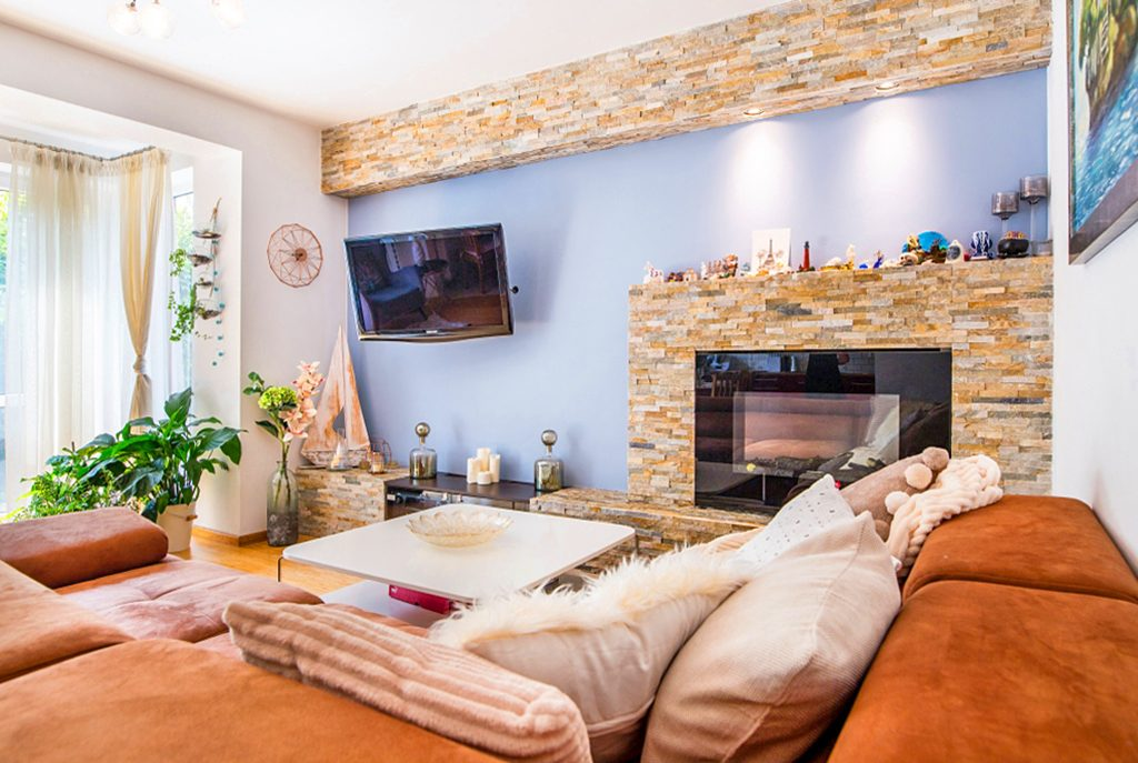 na zdjęciu luksusowy salon z kominkiem w ekskluzywnym apartamencie do sprzedaży w Krakowie