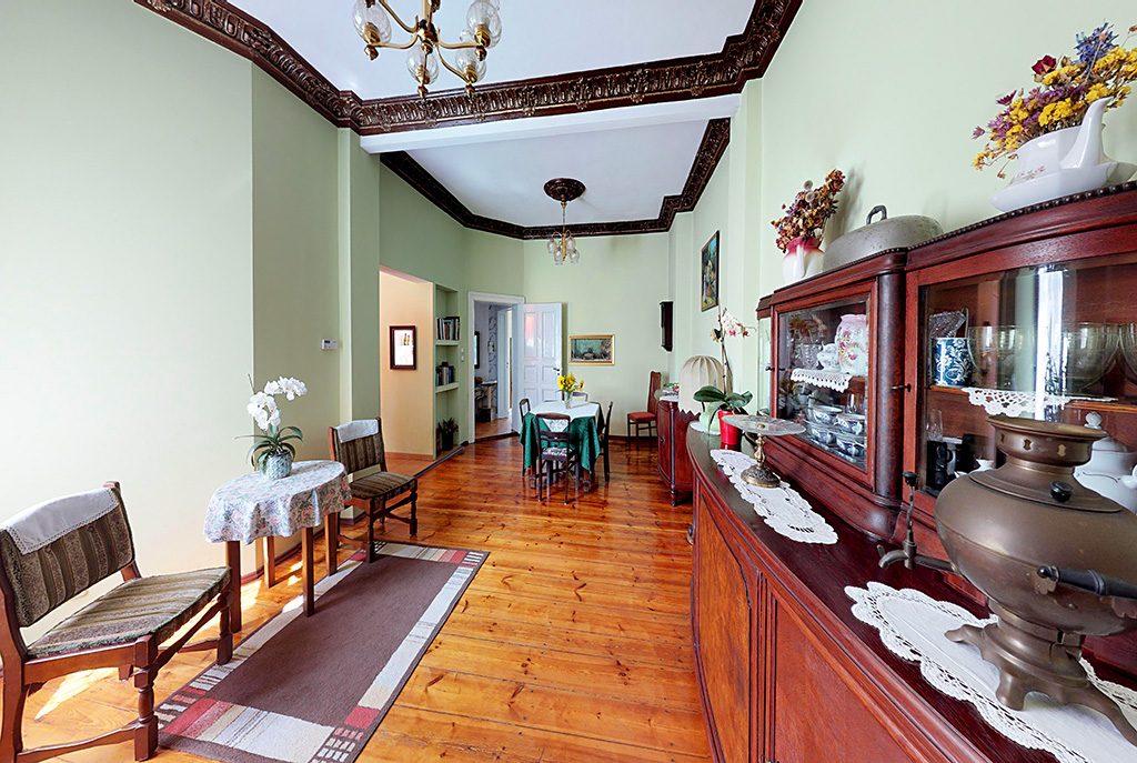 widok z innej perspektywy na prestiżowy salon w ekskluzywnym apartamencie do sprzedaży w Szczecinie