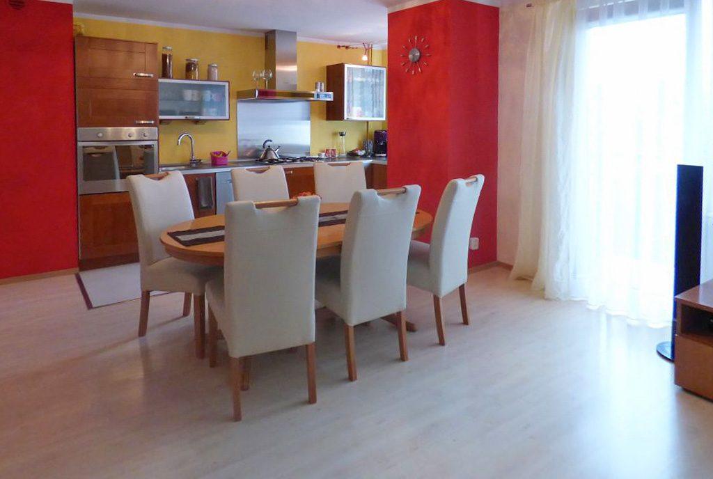 nowoczesne wnętrze z jadalnią na pierwszym planie w ekskluzywnym apartamencie do sprzedaży w okolicach Katowic