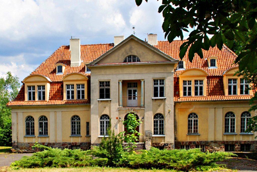 front ekskluzywnego pałacu do sprzedaży w Zachodniopomorskiem