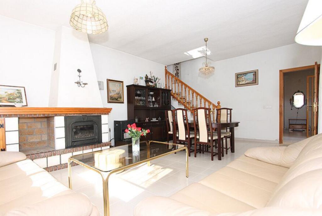 komfortowy salon w luksusowej willi do sprzedaży w Los Balcones (Hiszpania)