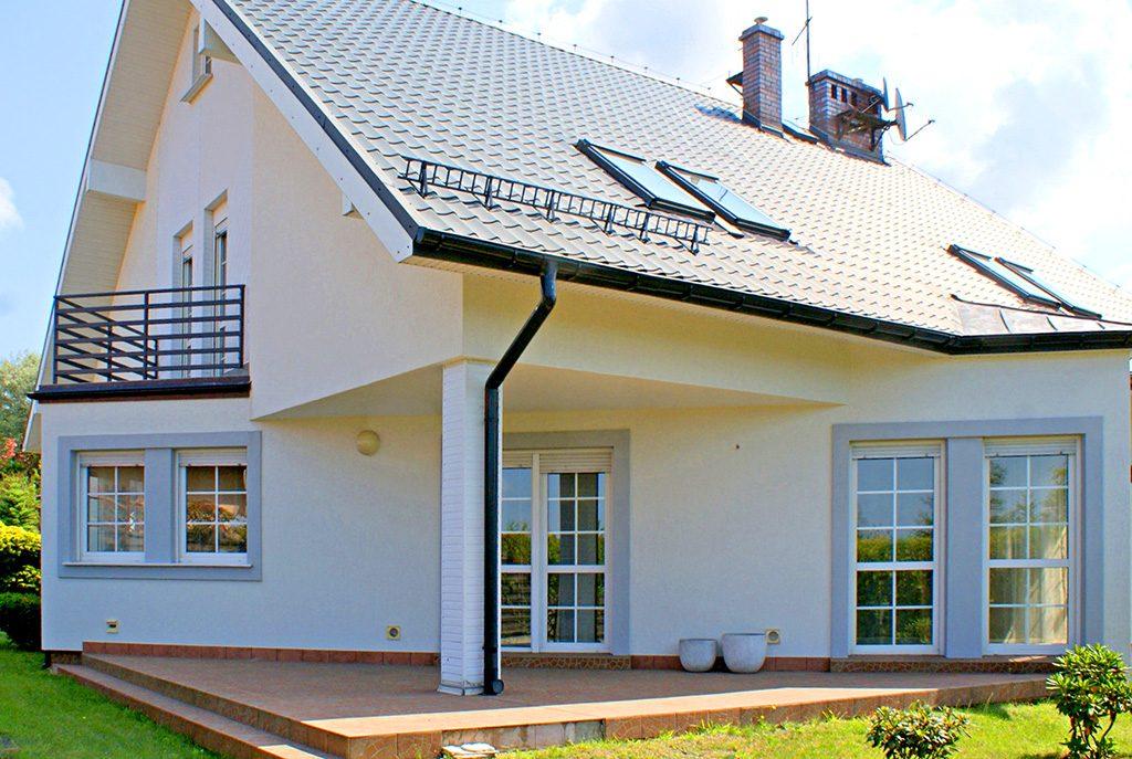 widok od strony tarasu na ekskluzywną willę do sprzedaży w okolicach Legnicy