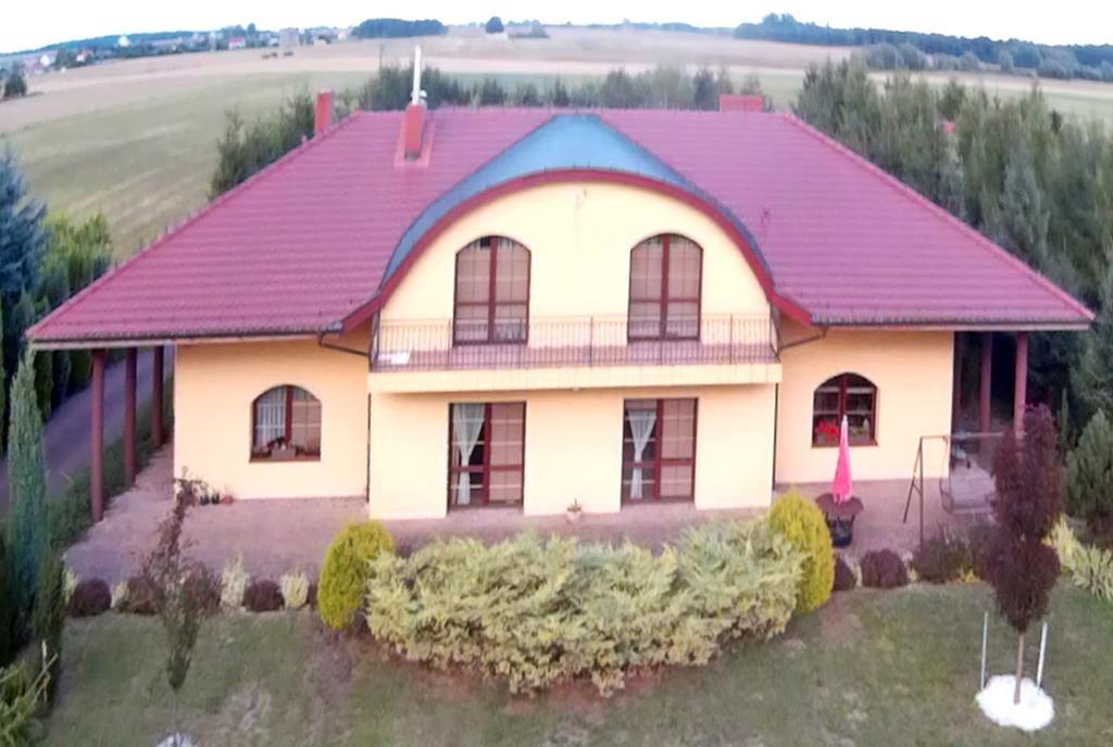 widok z lotu ptaka na ekskluzywną willę do sprzedaży w okolicy Piły