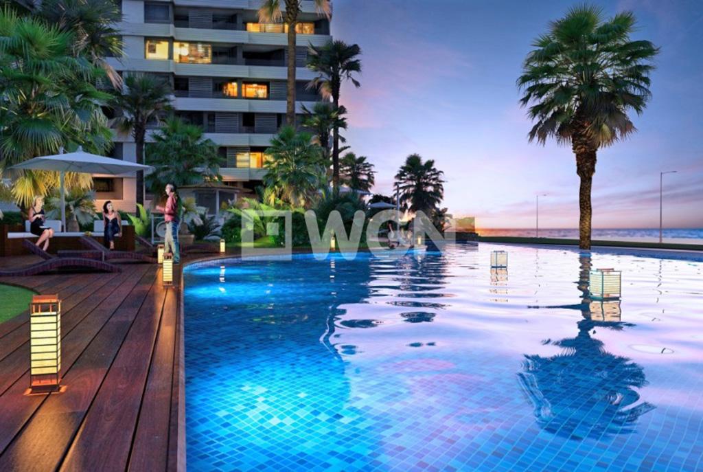 basen w częsciach wspólnych, z którego mogą korzystać mieszkańcy luksusowego apartamentu w Hiszpanii (Punta Prima, Costa Blanca) na sprzedaż