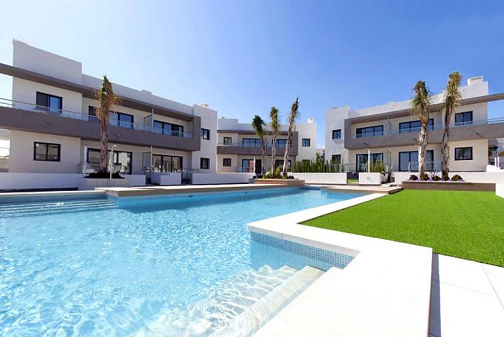 na zdjęciu basen na osiedlu w Hiszpanii (Quesada), gdzie znajduje się oferowany na sprzedaż luksusowy apartament