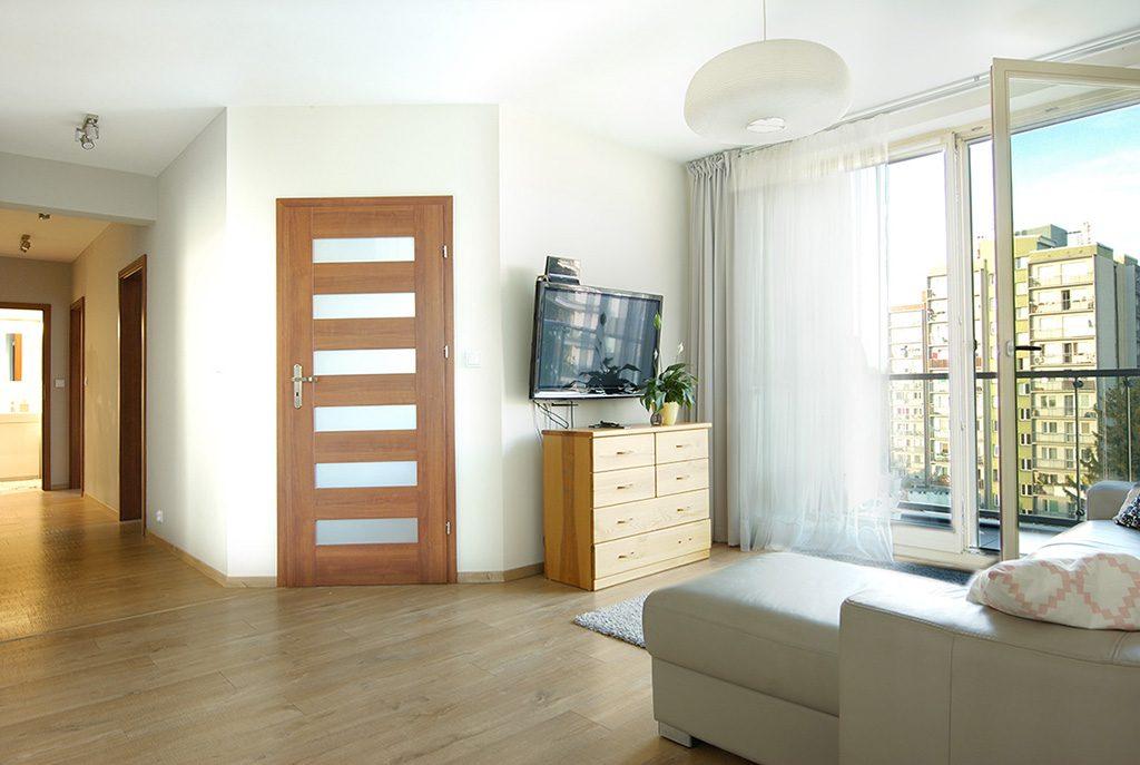 nowoczesny i słoneczny salon w ekskluzywnym apartamencie do sprzedaży w Krakowie