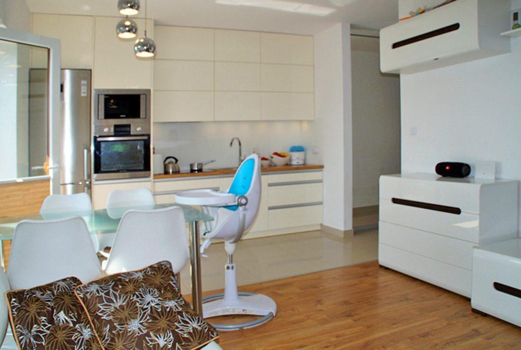 nowoczesna jadalnia i aneks kuchenny w ekskluzywnym apartamencie do sprzedaży w okolicach Słupska