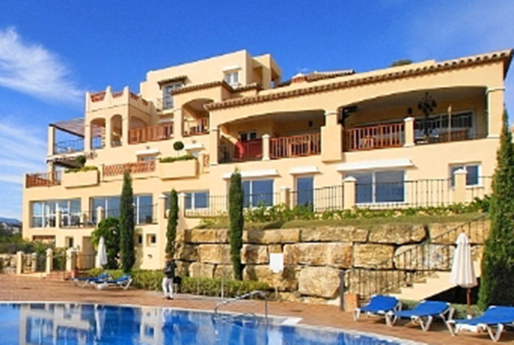widok od strony basenu na ekskluzywną willę do sprzedaży w Hiszpanii (Costa del Sol, Malaga)