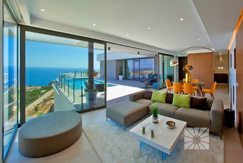 nowoczesny salon w designerskim stylu w ekskluzywnej willi do sprzedaży w Hiszpanii (Cumbre del Sol)
