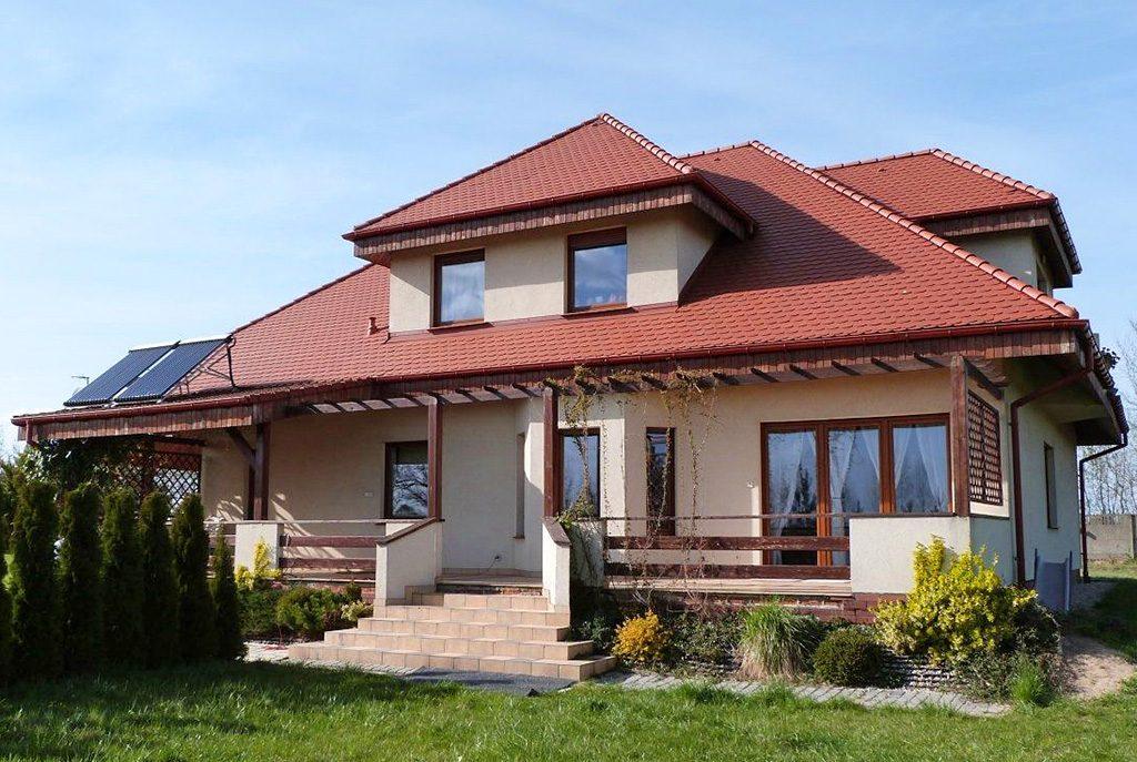 widok od strony tarasu na ekskluzywną willę do sprzedaży w Ostrowie Wielkopolskim