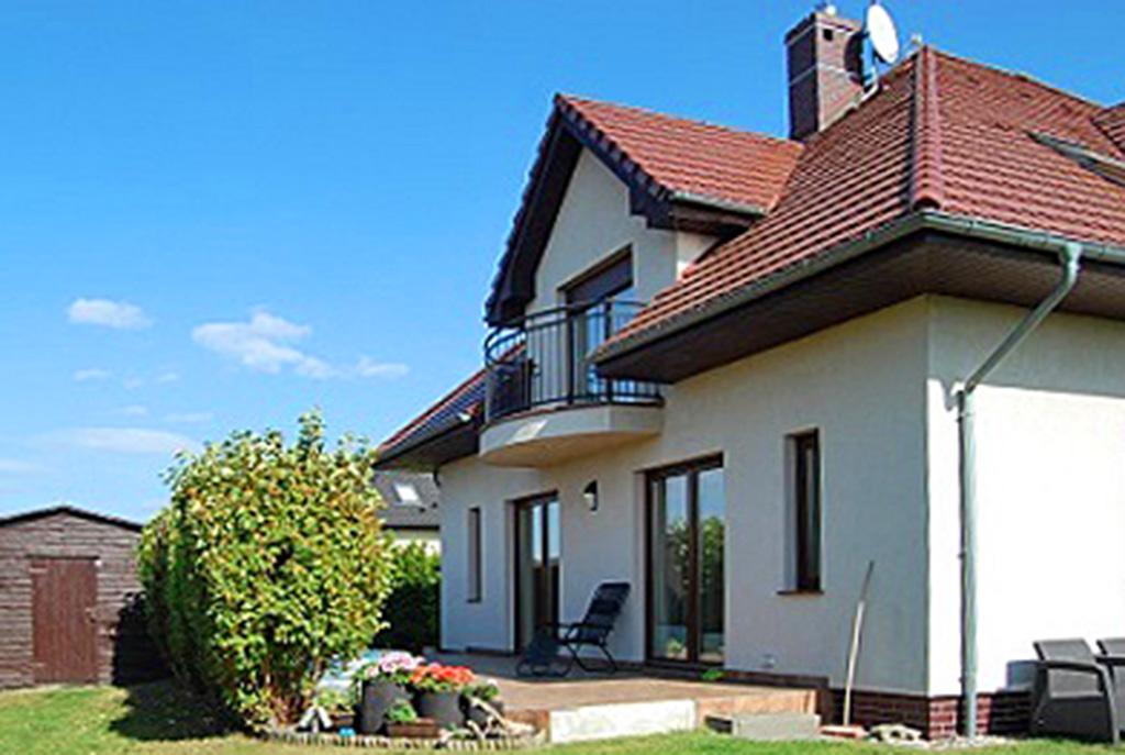 widok od strony ogrodu na ekskluzywną willę do sprzedaży w okolicach Szczecina