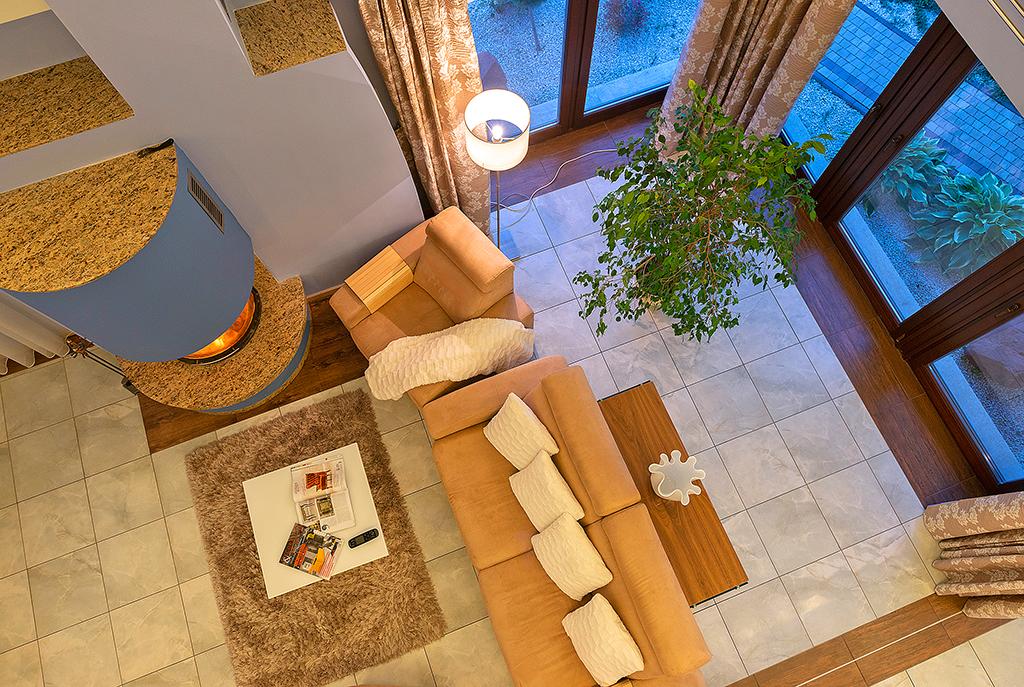 widok z góry na salon w luksusowej willi do wynajmu w Bielsku-Białej