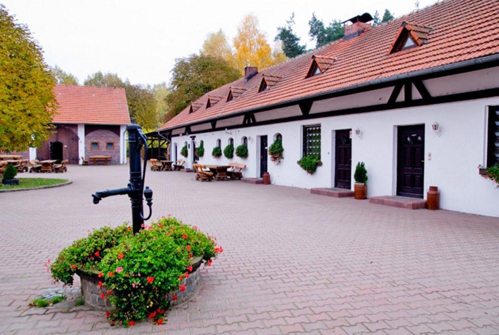 dziedziniec pośrodku ekskluzywnej willi do wynajęcia w okolicach Częstochowy