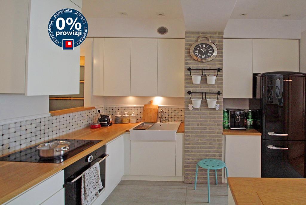 widok na umeblowaną kuchnię w luksusowym apartamencie w Krakowie na sprzedaż