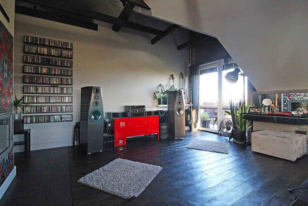 przestronne, nowoczesne wnętrze ekskluzywnego apartamentu do sprzedaży w okolicach Krakowa