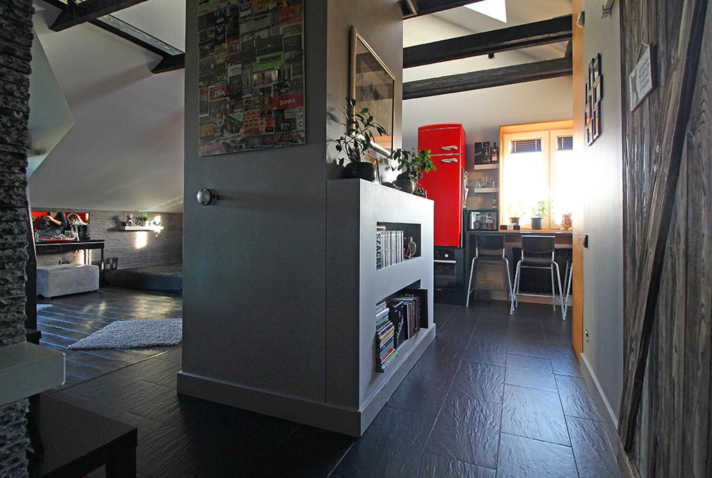 po prawej kuchnia, po lewej salon w ekskluzywnym apartamencie w okolicach Krakowa na sprzedaż