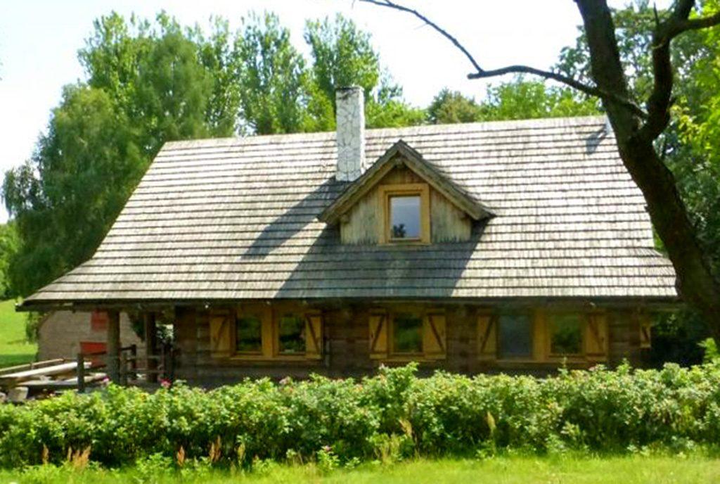 widok od strony ogrodu na ekskluzywny dwór do sprzedaży w okolicach Częstochowy