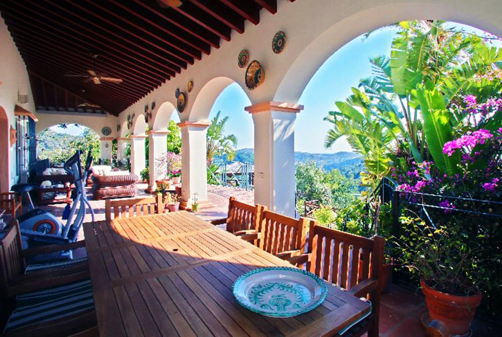 na zdjęciu ekskluzywny taras przy luksusowej willi do sprzedaży w Hiszpanii (Costa del Sol, Marbella)
